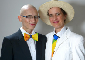 Künstlerinnen-Paar präsentiert Regenbogen-Kollektion zur Ehe für alle