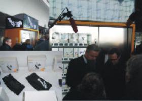 Design Geschenkautomat im Berliner Hauptbahnhof der Öffentlichkeit vorgestellt. Die Schultertasche bandee: ist mit im Sortiment vertreten.