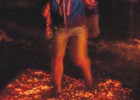 Tirol, Hirnfeuer – Dieter Niedermair überwindet Angst durch glühende Kohlen