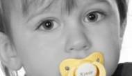 Eine neue Geschenkidee ist in aller Baby-Munde: Schnuller mit individueller Namensgravur